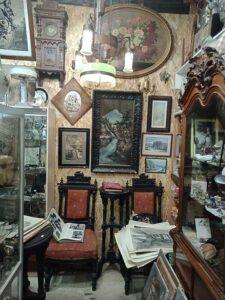 Старинные стулья и картины