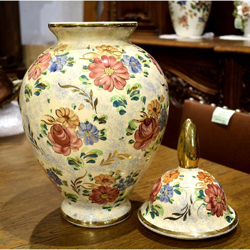 Антикварная ваза с цветами