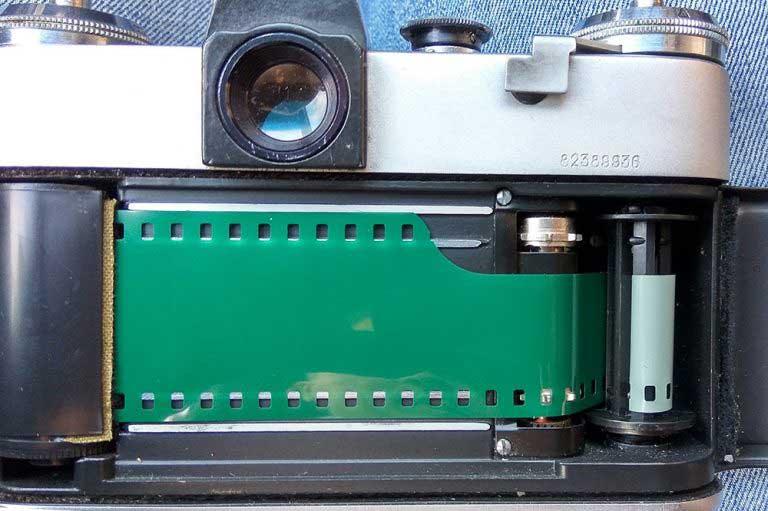 Заправка кассетой фотоаппарата